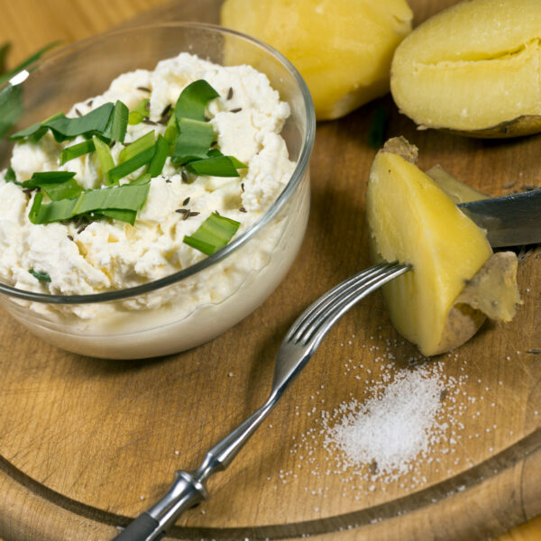 Weißer Käse mit Pellkartoffeln
