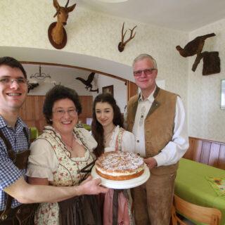 Waldgaststätte Steinhaus: Familie Wolf bietet hausgemachte Kuchen und Torten. Foto: Bessermann